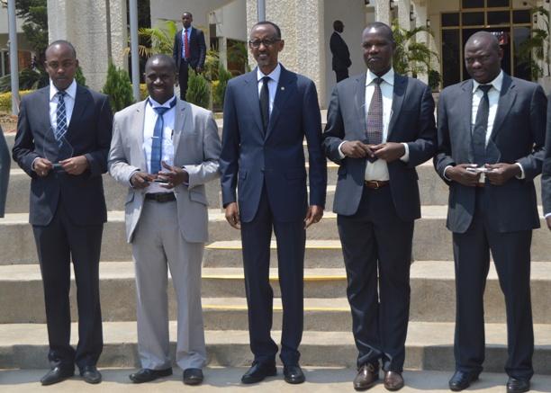 IfotoPerezida Paul Kagame hamwe n'Aba Meya bahize abandi